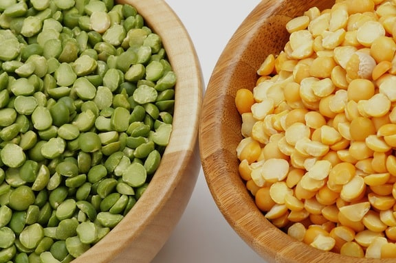 Green and yellow dry green peas