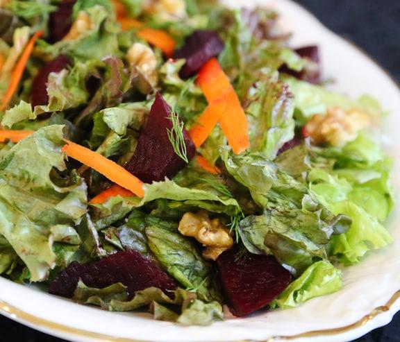 Ensalada de remolacha y nuez con verduras mixtas