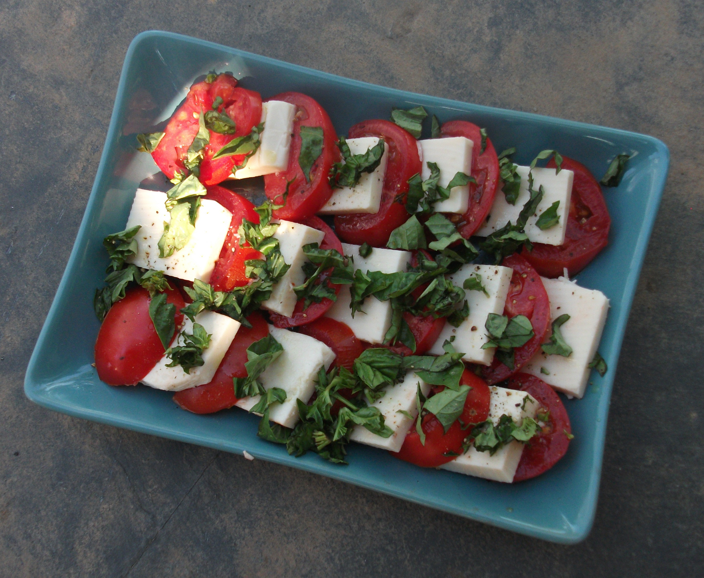 Vegan Caprese Salad (Tomatoes, Mozzarella and Basil)