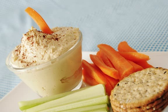White bean dip with veggies