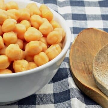 Chickpeas with wooden spoon