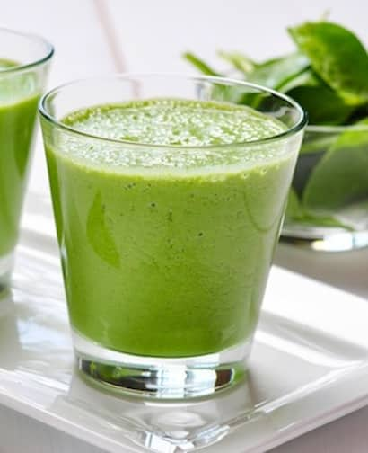 Spinach smoothie with sprouts and pineapple
