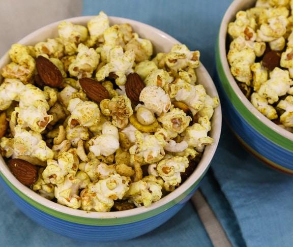 Palomitas de maíz al curry y almendras