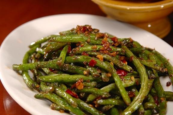 spicy and garlicky walnut stir-fried green beans recipe