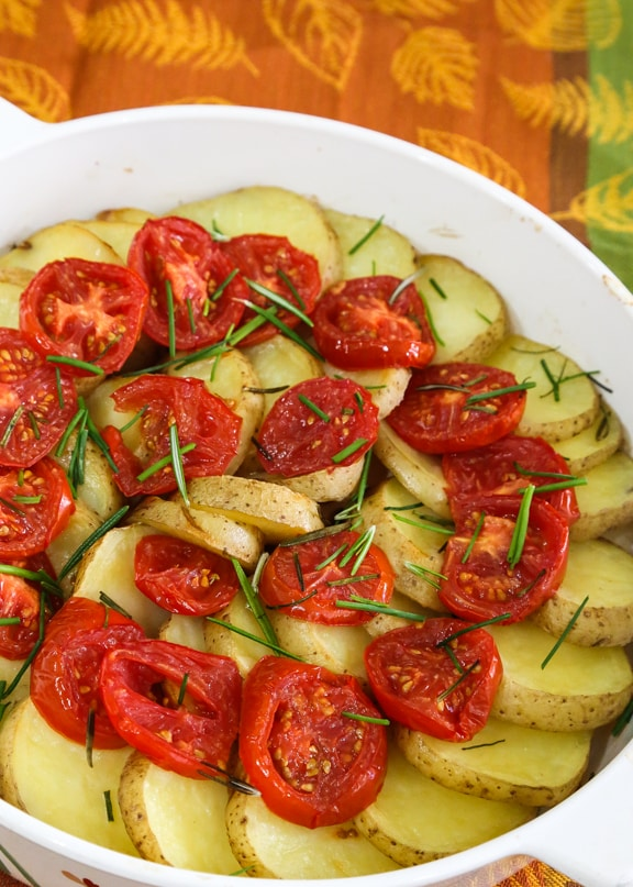 Potatoes and tomatoes with rosemary and chives