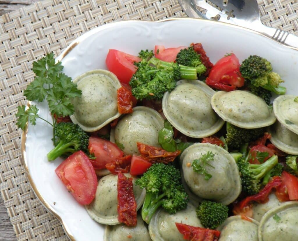 Ravioli with broccoli and dried tomatoes