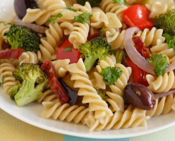 """Pata con verduras asadas y aceitunas """"ancho ="""" 576 """"altura ="""" 466"""