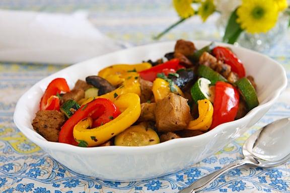 Seitán asado con pimientos y champiñones