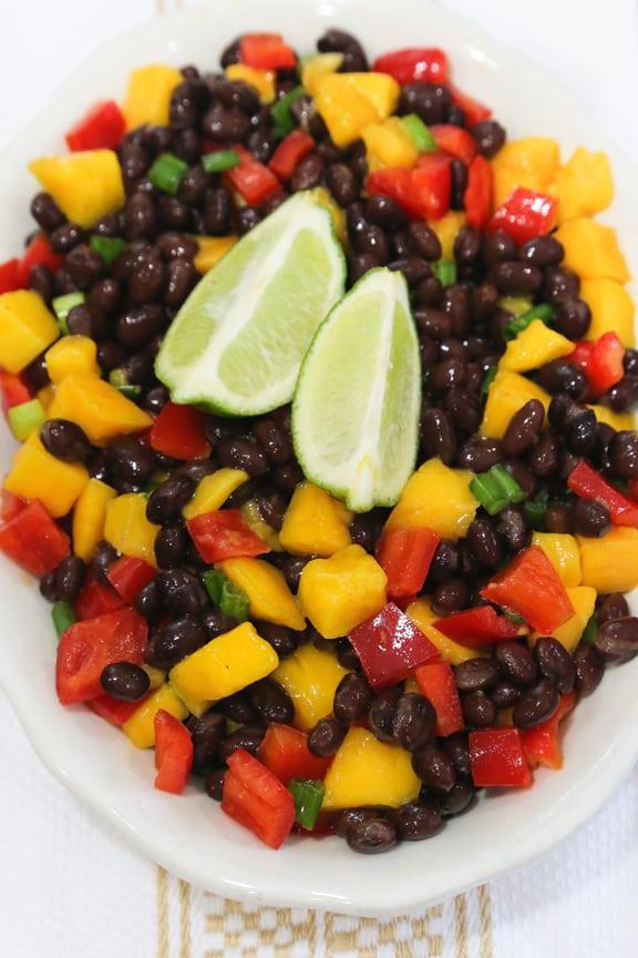 Ensalada de papaya o mango y frijoles negros