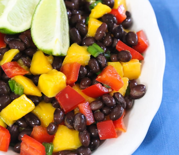 Ensalada de papaya o mango y frijoles negros de Sharon Nazarian