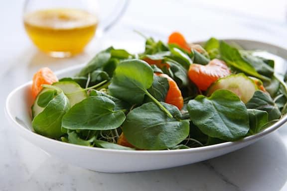Ensalada de verduras de primavera con pepinos y naranjas