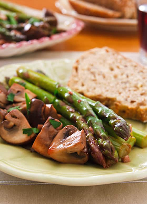Garlicky asparagus with mushrooms appetizer
