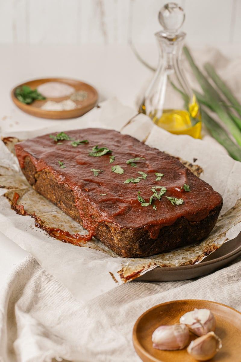 hogaza de carne vegana de lentejas con salsa de tomate