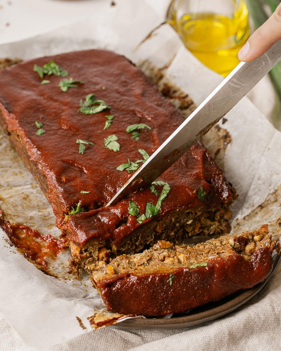 cortar una rebanada de pastel de carne de lentejas vegano