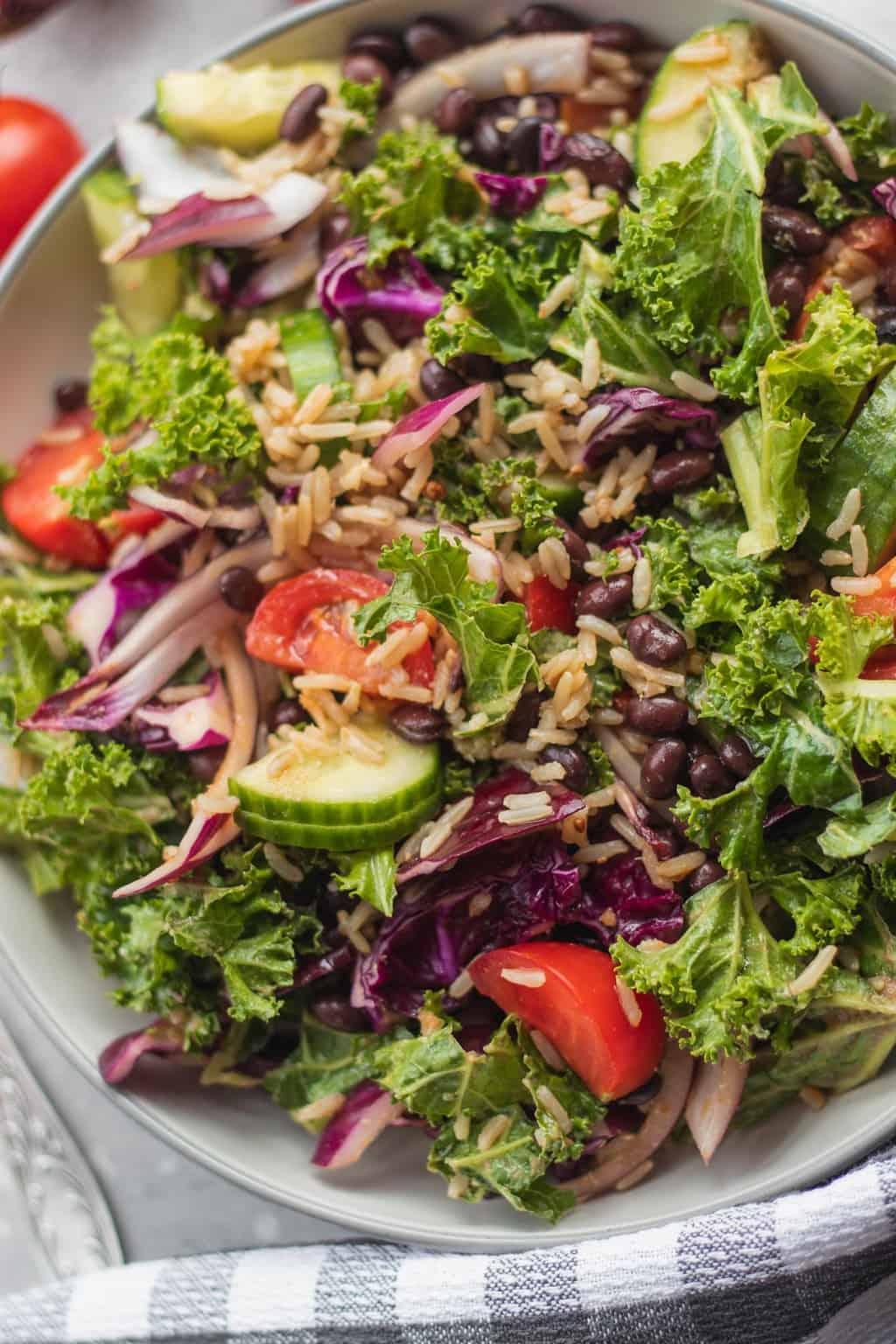 ensalada de col rizada con verduras frescas y arroz